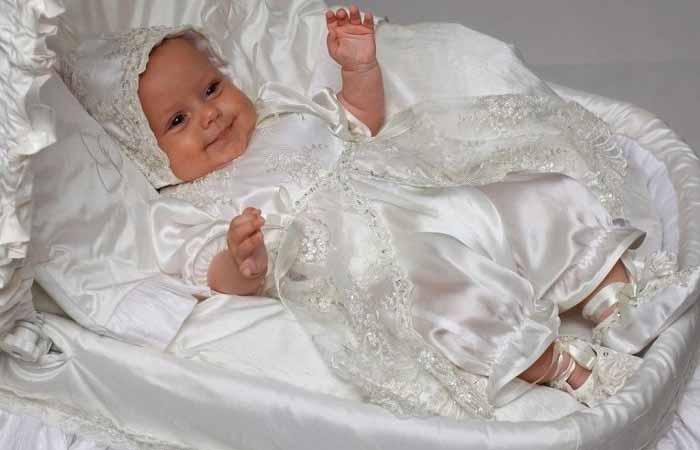 Девочка в крестильной одежде